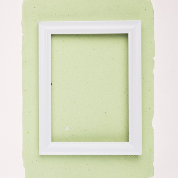 Armação de borda retangular branca em papel verde hortelã sobre fundo branco Foto gratuita
