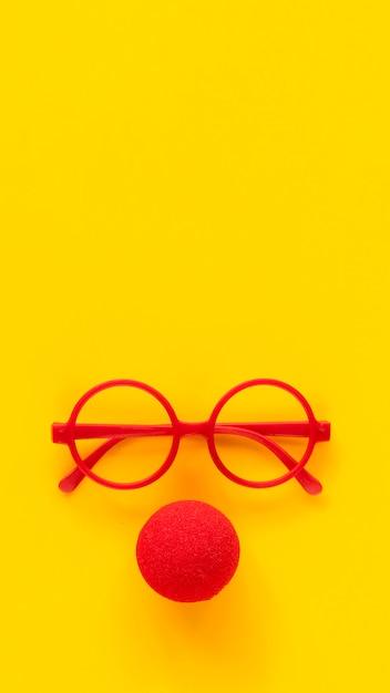 Armações de óculos de plástico vermelho simples e nariz de palhaço de espuma vermelha. Foto Premium