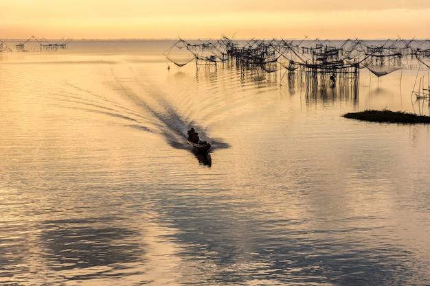 Armadilha de pesca estilo tailandês de pescadores em pak pra village Foto Premium