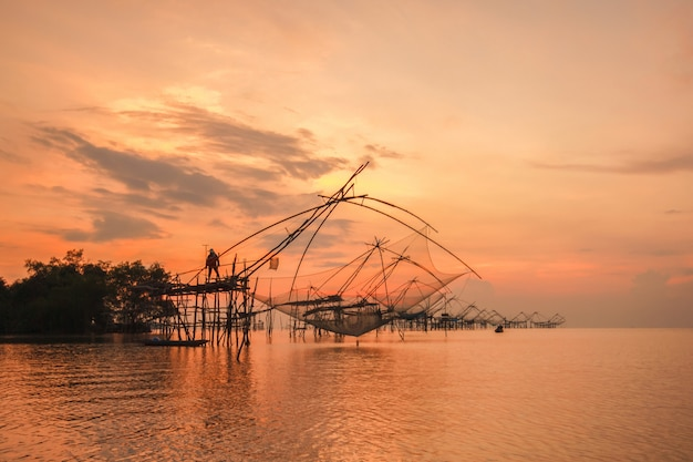 Armadilha de pesca estilo tailandês em pak pra village Foto Premium