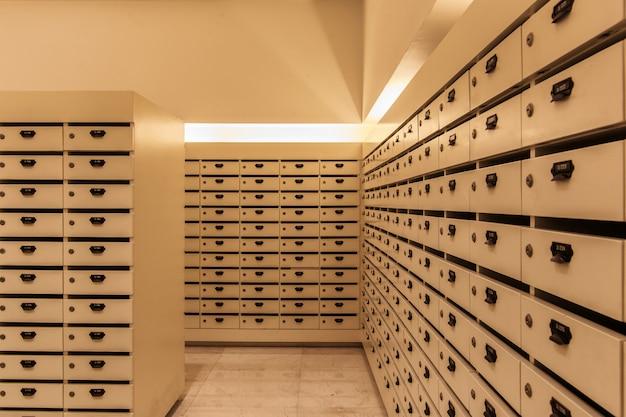 Armário de madeira caixas de correio postal para manter suas informações confidenciais, contas, cartão postal, correios etc Foto Premium