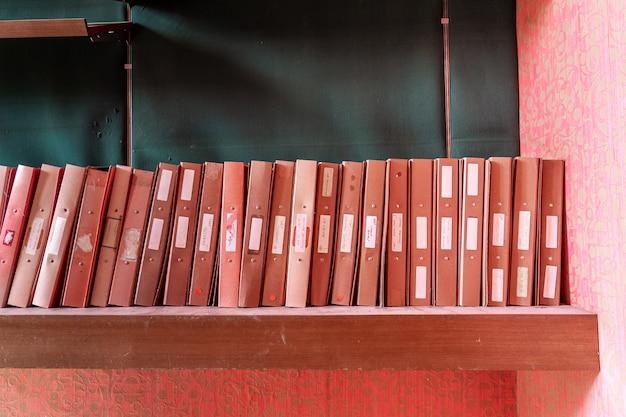 Armários de arquivo em uma prateleira Foto Premium