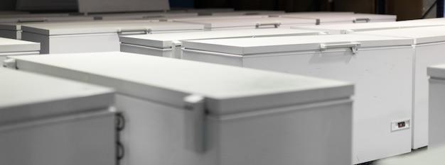 Armazém com geladeiras brancas Foto Premium