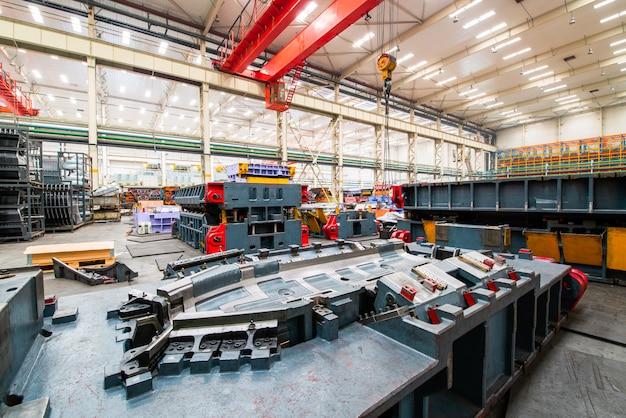Armazém de armazenamento moderno da fábrica, do molde e do equipamento do carro. Foto Premium