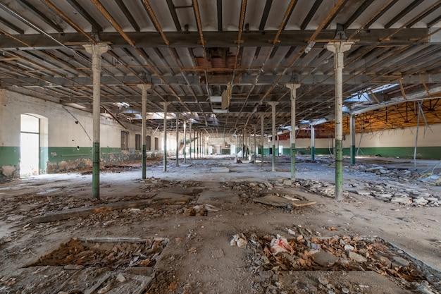 Armazém industrial abandonado enorme Foto Premium