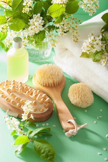 Aromaterapia de spa com toalha de escova de óleo essencial de flor de cerejeira de pássaro Foto Premium