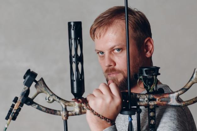 Arqueiro homem com bloco moderno esporte arco e flecha Foto Premium