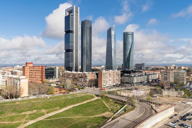 Arquitectura da cidade de madrid no dia. paisagem do edifício do negócio de madrid na torre quatro. Foto Premium