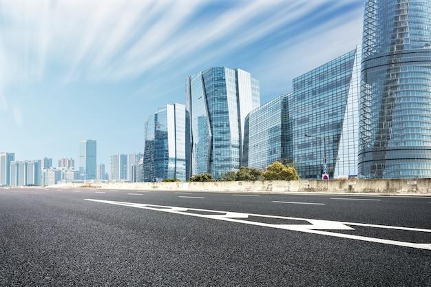 Arquitectura da cidade moderna com uma estrada Foto gratuita