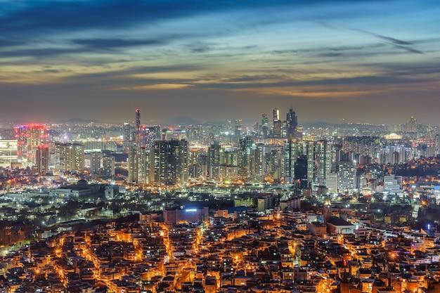 Arquitectura da cidade no centro de seul iluminada à noite Foto Premium