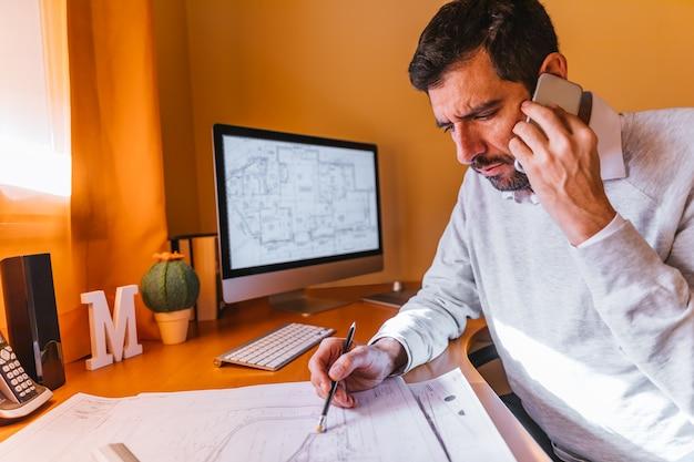 Arquiteta, trabalhando, em, escritório Foto Premium