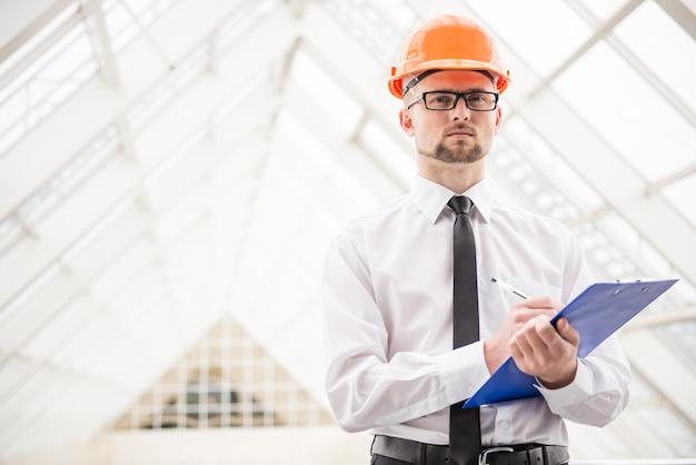 Arquiteto confiante com capacete no escritório. Foto Premium