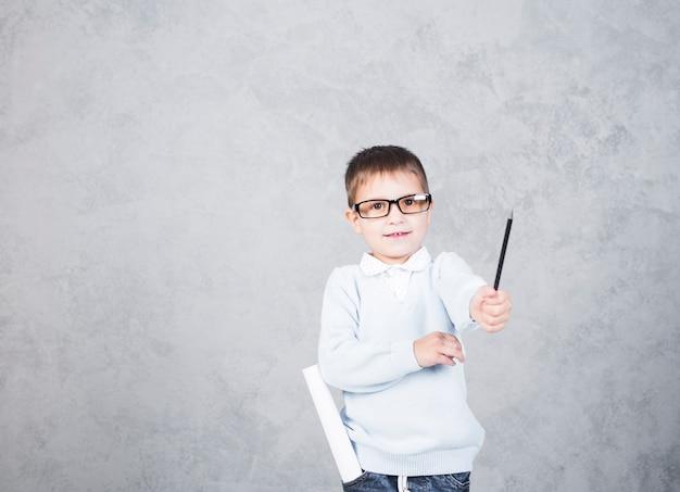 Arquiteto de menino com rolo de papel no bolso sorrindo Foto gratuita