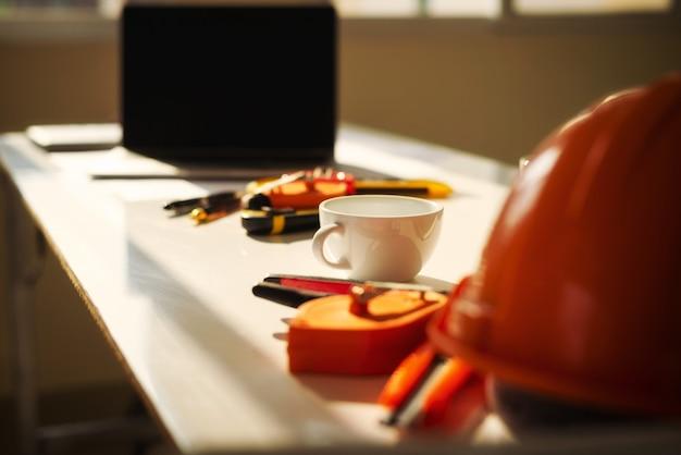 Arquiteto de mesa de engenheiro com projeto de arquitetura de objeto. Foto Premium