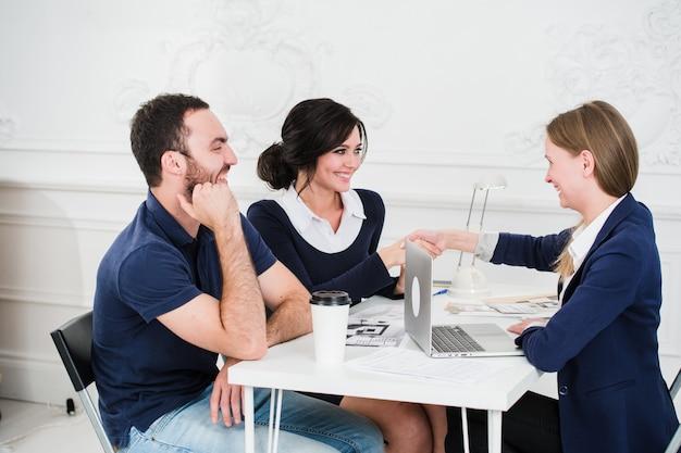 Arquiteto de reunião do jovem casal para futura casa Foto Premium