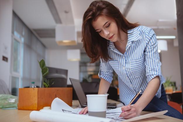 Arquiteto de sucesso trabalhando em projetos no escritório Foto Premium