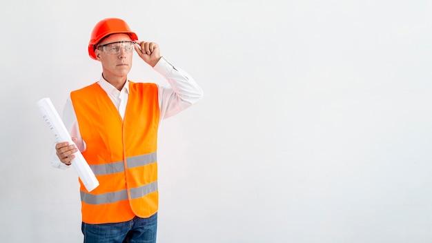 Arquiteto de tiro médio com fundo branco Foto gratuita