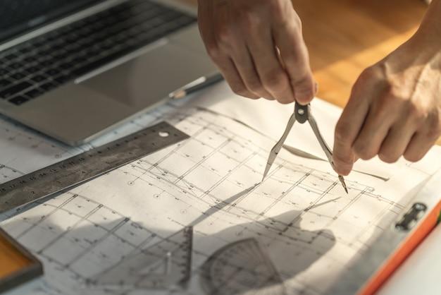 Arquiteto e engenheiro trabalhando documento de desenho sobre o planejamento do projeto e o andamento do cronograma de trabalho no canteiro de obras de construção civil Foto Premium