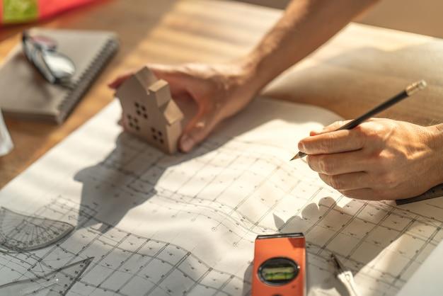 Arquiteto e engenheiro trabalhando documento de desenho sobre o planejamento do projeto e o andamento do cronograma de trabalho Foto Premium