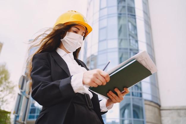 Arquiteto feminino com canteiro de obras no Foto gratuita