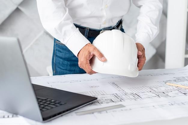 Arquiteto, organizando, seu, escrivaninha, com, ferramentas Foto gratuita