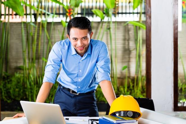 Arquiteto trabalhando em casa Foto Premium
