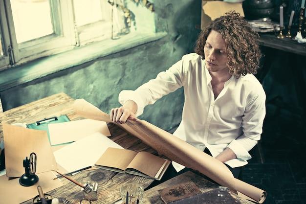 Arquiteto, trabalhando na mesa de desenho no escritório Foto gratuita
