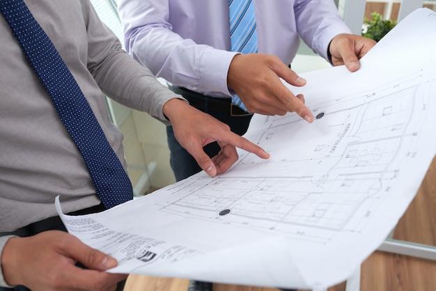 Arquitetos discutindo projeto de construção Foto gratuita
