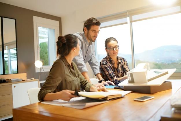 Arquitetos, olhando por cima do projeto para casa moderna Foto Premium