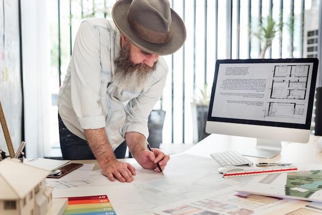 Arquitetos trabalhando em um projeto Foto gratuita