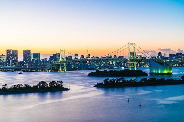 Arquitetura bonita construção de paisagem urbana da cidade de tóquio com ponte de arco-íris Foto gratuita