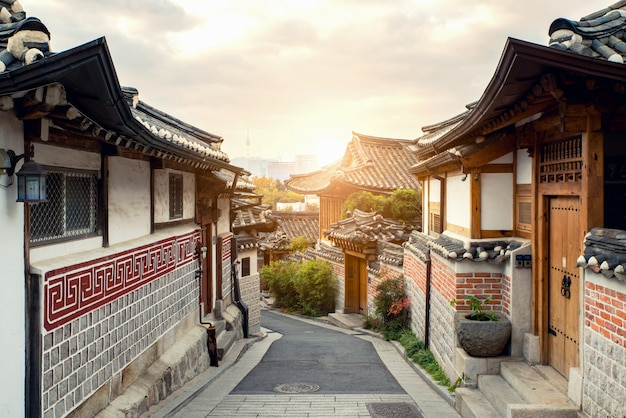 Arquitetura coreana tradicional do estilo na vila de bukchon hanok em seoul, coreia do sul. Foto Premium