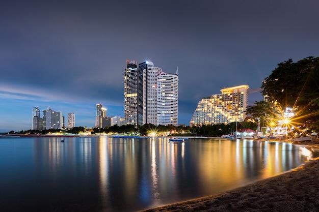 Arquitetura da cidade da skyline da noite na cidade de pattaya e uma do marco famoso em tailândia. Foto Premium