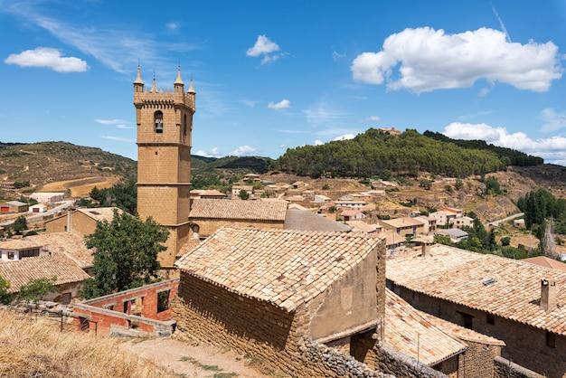 Arquitetura da cidade da vila medieval histórica de uncastillo na região de aragon, espanha. Foto Premium