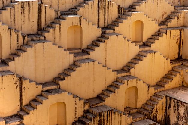 Arquitetura das escadas no stepwell do baori de abhaneri em jaipur rajasthan india. Foto Premium