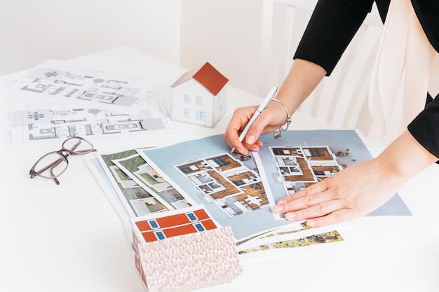 Arquitetura feminina trabalhando no projeto da casa Foto Premium