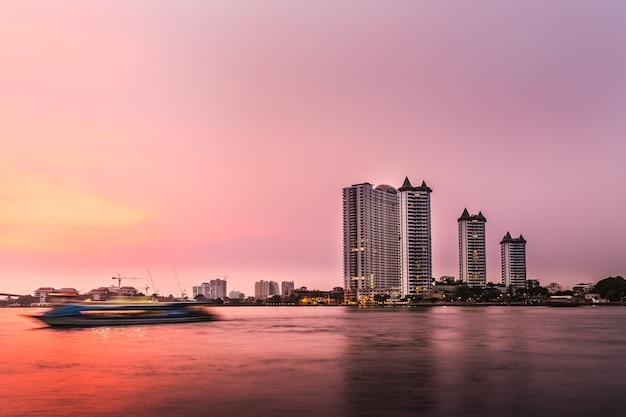 Arquitetura moderna de construção e pôr do sol no lago putrajaya Foto Premium