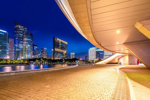 Arquitetura moderna de nightscape urbano Foto Premium