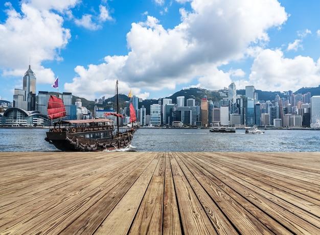 Arquitetura moderna e velejados clássicos em victoria harbour, em hong kong Foto Premium