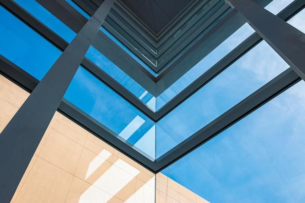 Arquitetura moderna, vidro azul esverdeado, estrutura de aço mostrando modernidade, força e profissionalismo Foto Premium