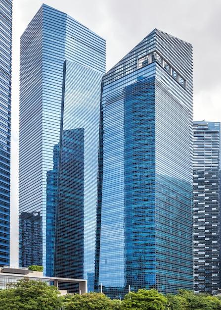 Arranha-céus altos de vidro no centro de singapura Foto Premium