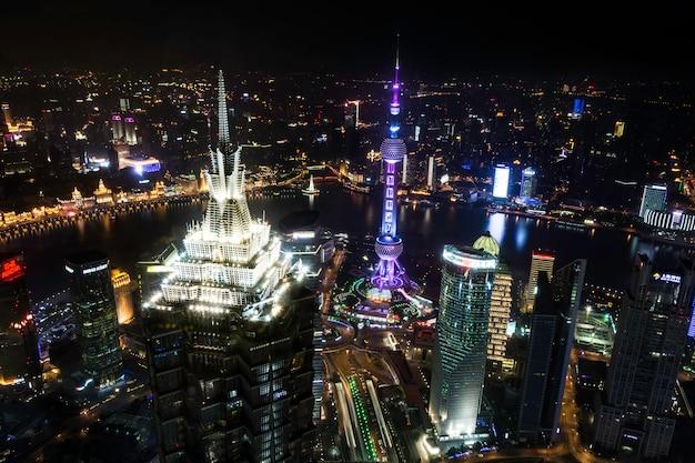 Arranha-céus bonitos e do escritório, construção da cidade da opinião da noite de pudong, shanghai, china. Foto Premium