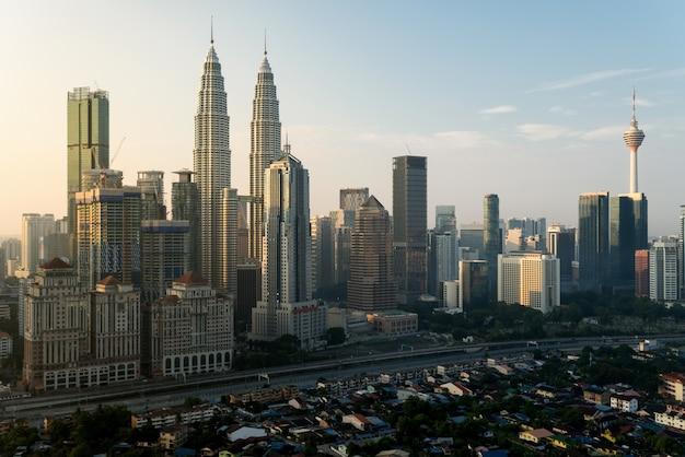 Arranha-céus da cidade de kuala lumpur edifício no centro de kuala lumpur, malásia Foto Premium