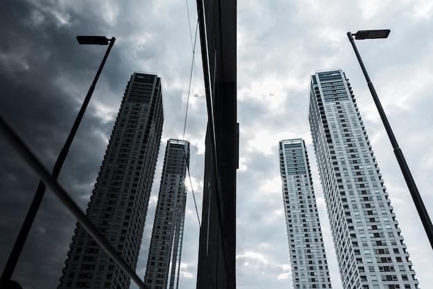 Arranha-céus de vidro baixo ângulo projetado Foto gratuita