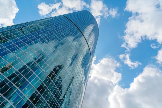 Arranha-céus de vidro no centro da cidade, edifícios modernos, Foto Premium