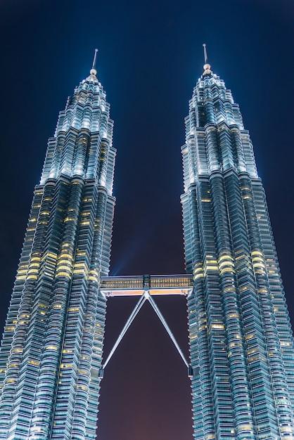 Arranha-céus kuala lumpur no crepúsculo na malásia Foto Premium
