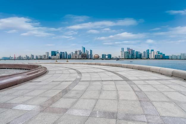 Arranha-céus urbanos com ladrilhos quadrados vazios Foto Premium