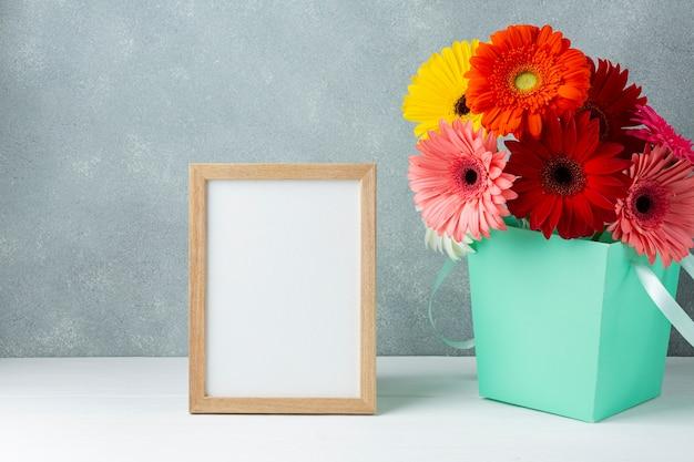 Arranjo bonito com flores da margarida do gerbera Foto gratuita