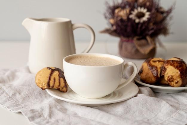 Arranjo bonito de elementos de café Foto gratuita
