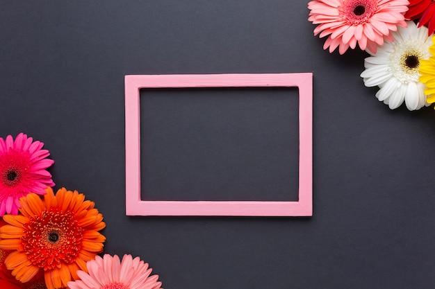 Arranjo bonito de flores gerbera e espaço de cópia Foto gratuita